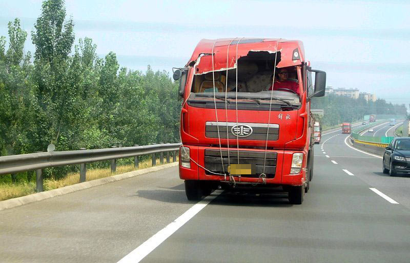"""组图:高速路上现""""车坚强"""" 时速百公里"""