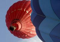 """全球奇特旅行:乘热气球和""""高跳低开""""跳伞"""