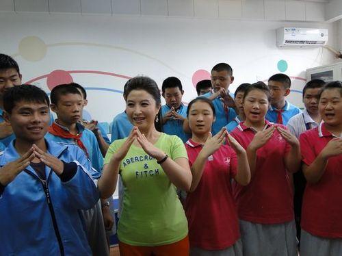 聋哑学校开学刘媛媛教课 呼吁关爱儿童图片