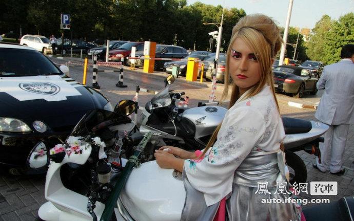 骑着白色摩托车的日本美女武士