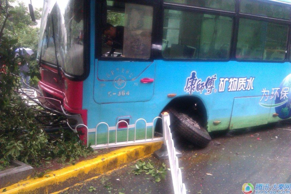 公共汽车的轮子-高新路段29路公交车侧滑撞树 乘客现场直击高清图片