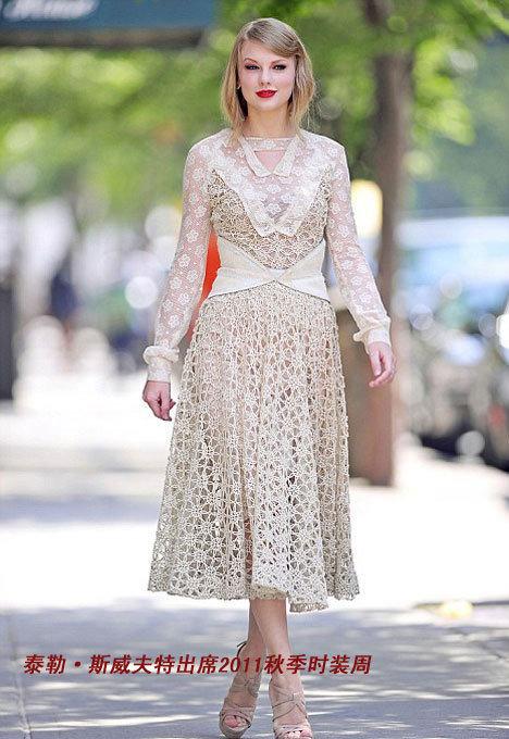 泰勒的浓郁红唇搭配复古风的服饰可谓甜美动人.-王菲PK纽约时装秀