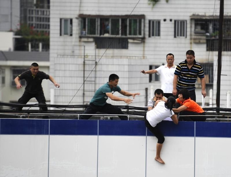 深圳:女子跳楼瞬间民警飞身相救_大秦网_腾讯