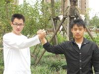 组图:张尚武资助大学生6000元 大秀体操技艺