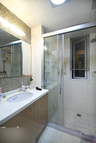 主卧的卫生间,设计比较简单.台盆区的马赛克为空间增色不少.&