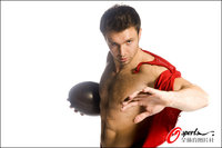 组图:橄榄球队员肌肉写真 猛男撕衣展身材