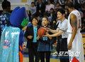 组图:韩国艺体萝莉孙妍在 为男篮联赛发球
