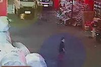 两车先后碾压2岁女童 10余人见死不救(组图)