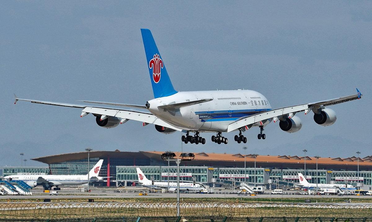南方航空在跑道上飞机-南航A380在北京机场