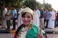 高清:利比亚民众排队围观卡扎菲尸体
