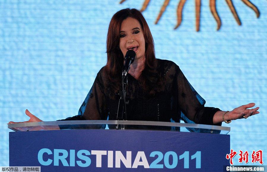 阿根廷总统克里斯蒂娜在竞选获胜后向支持者致意.阿根廷现任女总
