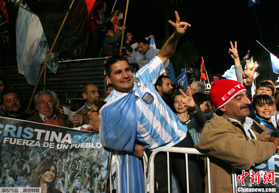 克里斯蒂娜的支持者在五月广场庆祝她的连任.阿根廷现任女总统、