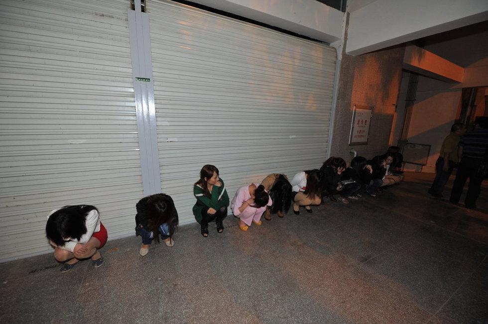 福建泉州夜间扫黄 站街女 慌张乱跑图片