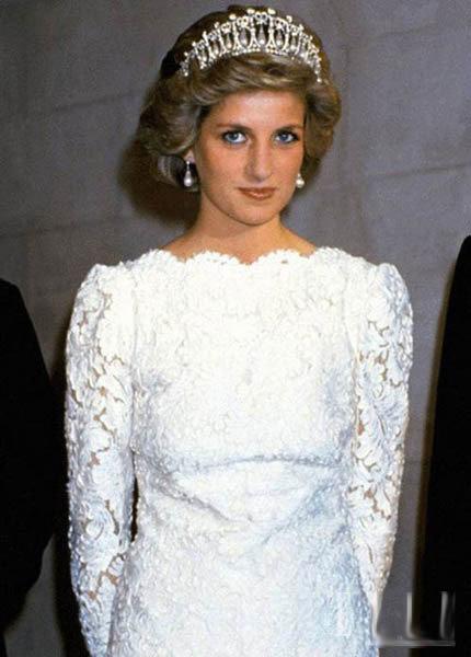 还记得戴安娜王妃在众多场合让人印象深刻的珍珠王冠吗?它因造型