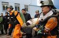 组图:河南义马千秋煤矿事故被困矿工升井