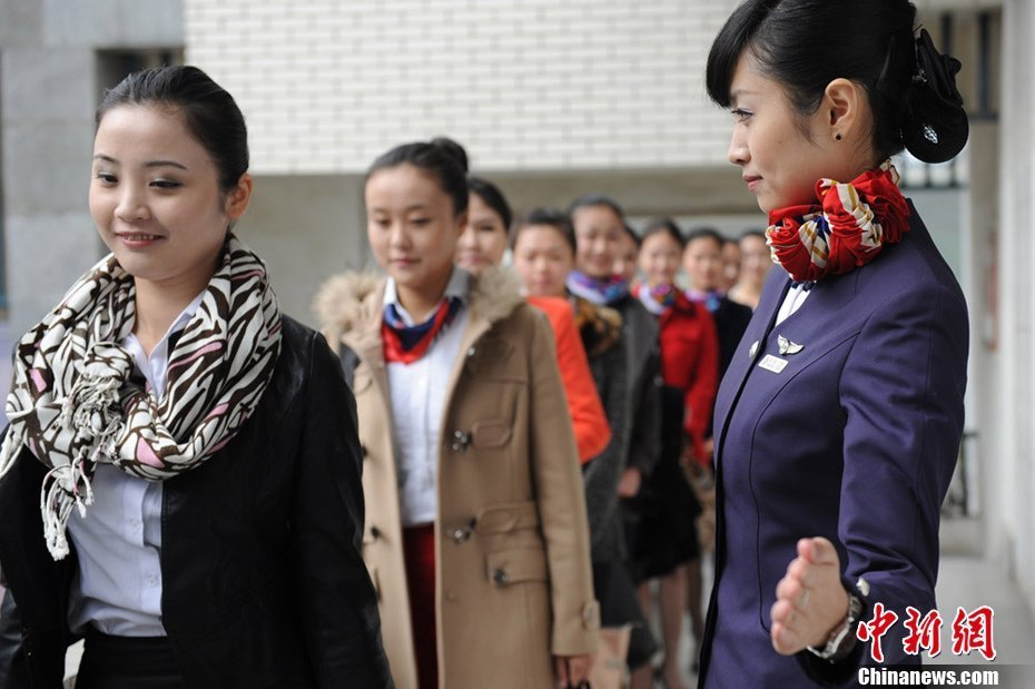 千余美女成都竞聘30个东航空乘岗位图片