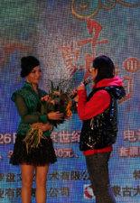 哈琳接受歌迷献花
