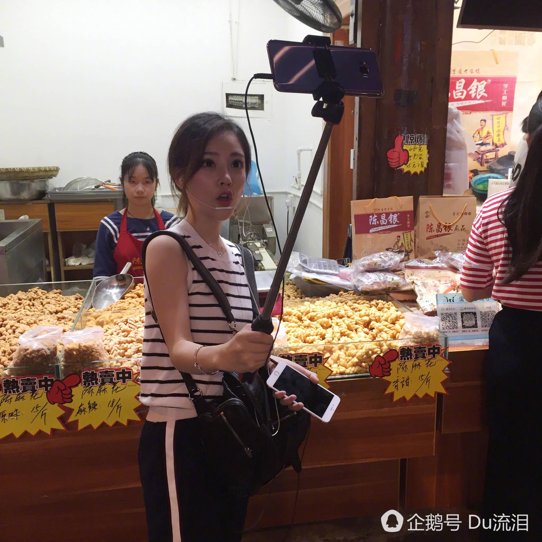 冯提莫现身重庆街头直播 边走边唱引围观