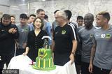高清:曼帅中超百场纪念 贵州美女董事长献蛋糕