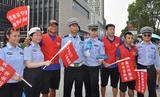 秦升瓜林柏佳骏化身志愿者 上街宣传交通安全