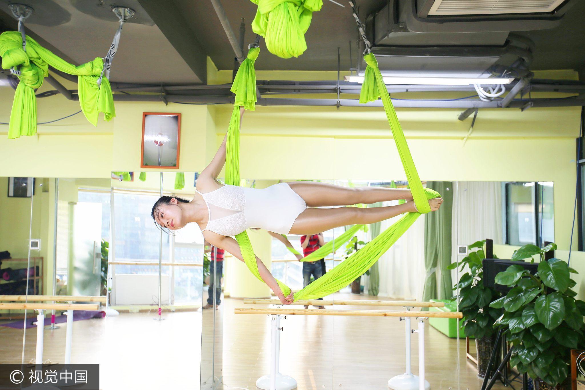 高清:减压新招?白领练空中瑜伽 高难秀柔韧
