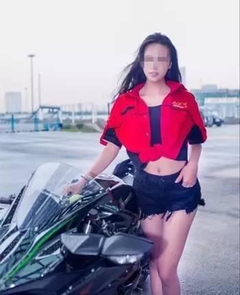 25岁美女摩托车手