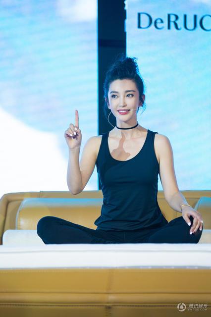 44岁李冰冰台上做瑜伽,大秀纤腰翘臀 (组图)