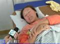 三明产妇动车站临产生子 乘客用雨伞搭临时产房