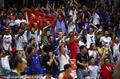 高清:中国球迷举国旗助威 萌娃美女场边观战