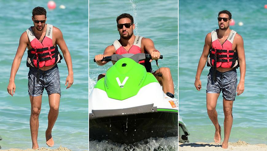 高清:汤神驾摩托艇出海度假 扑克脸帅气十足