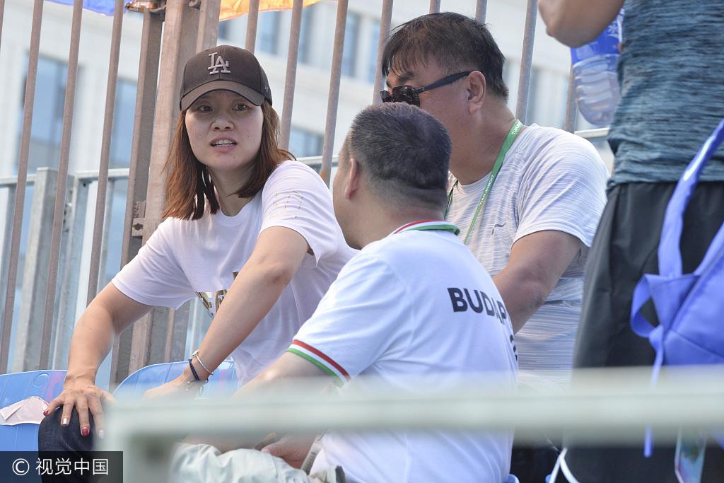 高清:李娜现身全运赛场观战 戴棒球帽显低调