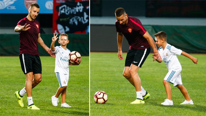 延边备战苏宁 尼古拉陪儿子踢足球温情满满