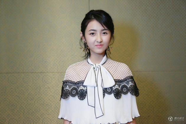 张子枫受邀出席活动 清新个性化身潮系少女