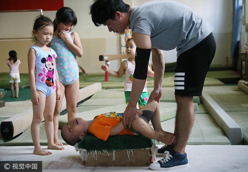 高清:4岁娃苦练压筋!业余体校孩子的明星梦