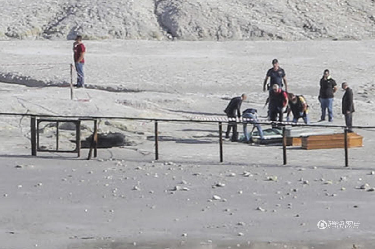 卡雷尔一家在游览索尔法塔拉火山期间,意外发生了。他11岁的长子洛兰索越过围栏,走进禁止游客进入的易地陷区域,卡雷尔试图拯救洛兰索,他的妻子扎拉梅拉见状,亦立即前来相助,就在此时地面突然崩塌,三人同时堕入深3米、内有温度极高泥浆的洞口身亡。