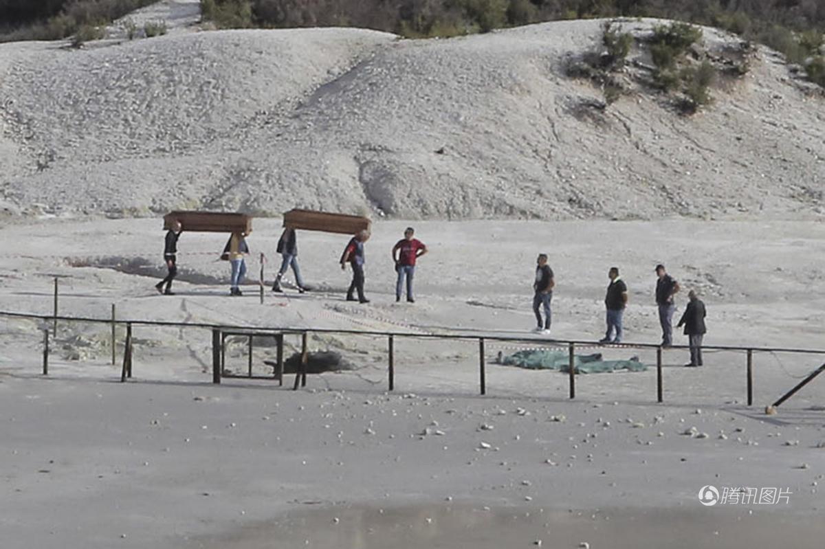 9月12日,意大利索尔法塔拉火山发生意外,一家四口在参观火山期间,11岁长子翻入警戒栏杆内容易地陷的区域,父母尝试救他时也失足坠入火山口,只有在栏杆外的幼子生还。