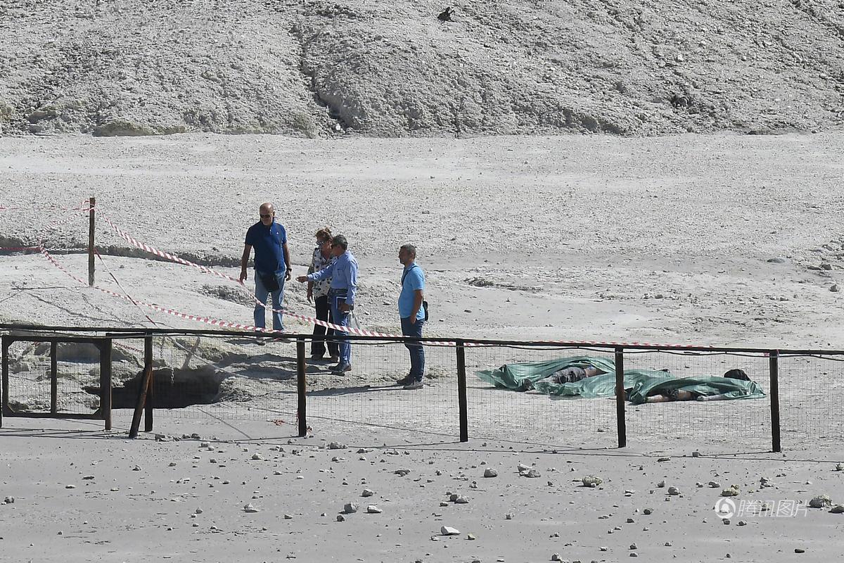 意大利媒体报道,45岁父亲卡雷尔趁学校假期结束前,带妻子和2名儿子一同前往那不勒斯旁的索尔法塔拉火山游览。