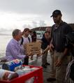 组图:邓肯保罗领衔献爱心 慰问飓风受灾地区