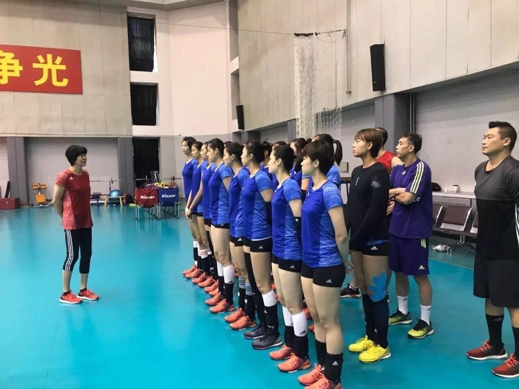 组图:中国女排世预赛最后一练 郎平现场指导