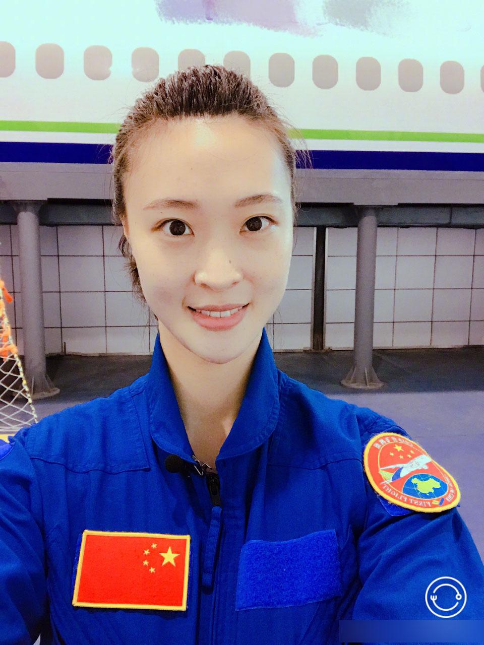 组图:惠若琪参加模拟飞行 女飞行员范十足
