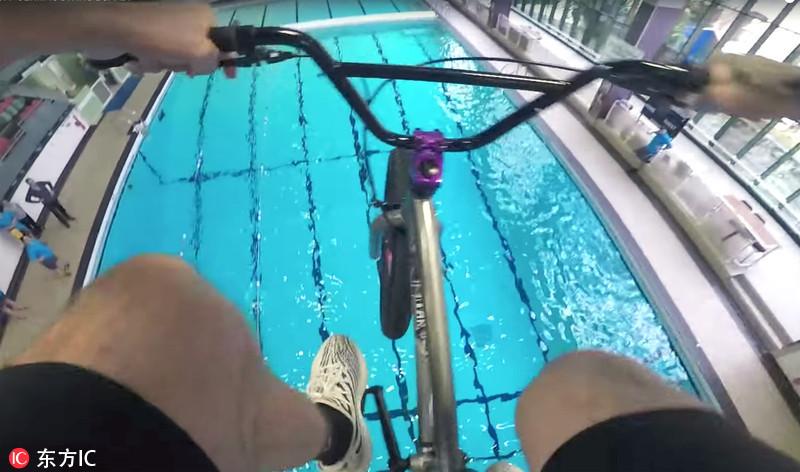 组图:英国男子骑自行车跳水 上演惊险一幕