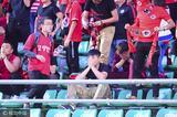 高清:辽足球迷情绪激动 不愿离去看台狂飙泪