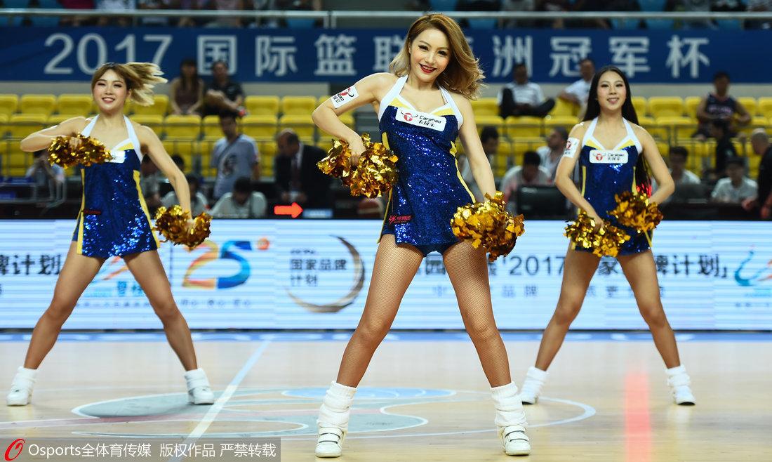 高清:篮球宝贝大秀美腿助威 活力十足献热舞