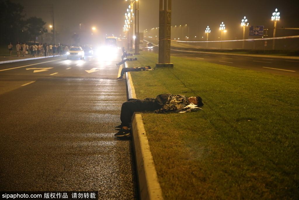 高清:成马保安连夜值班 路边睡草坪让人心疼