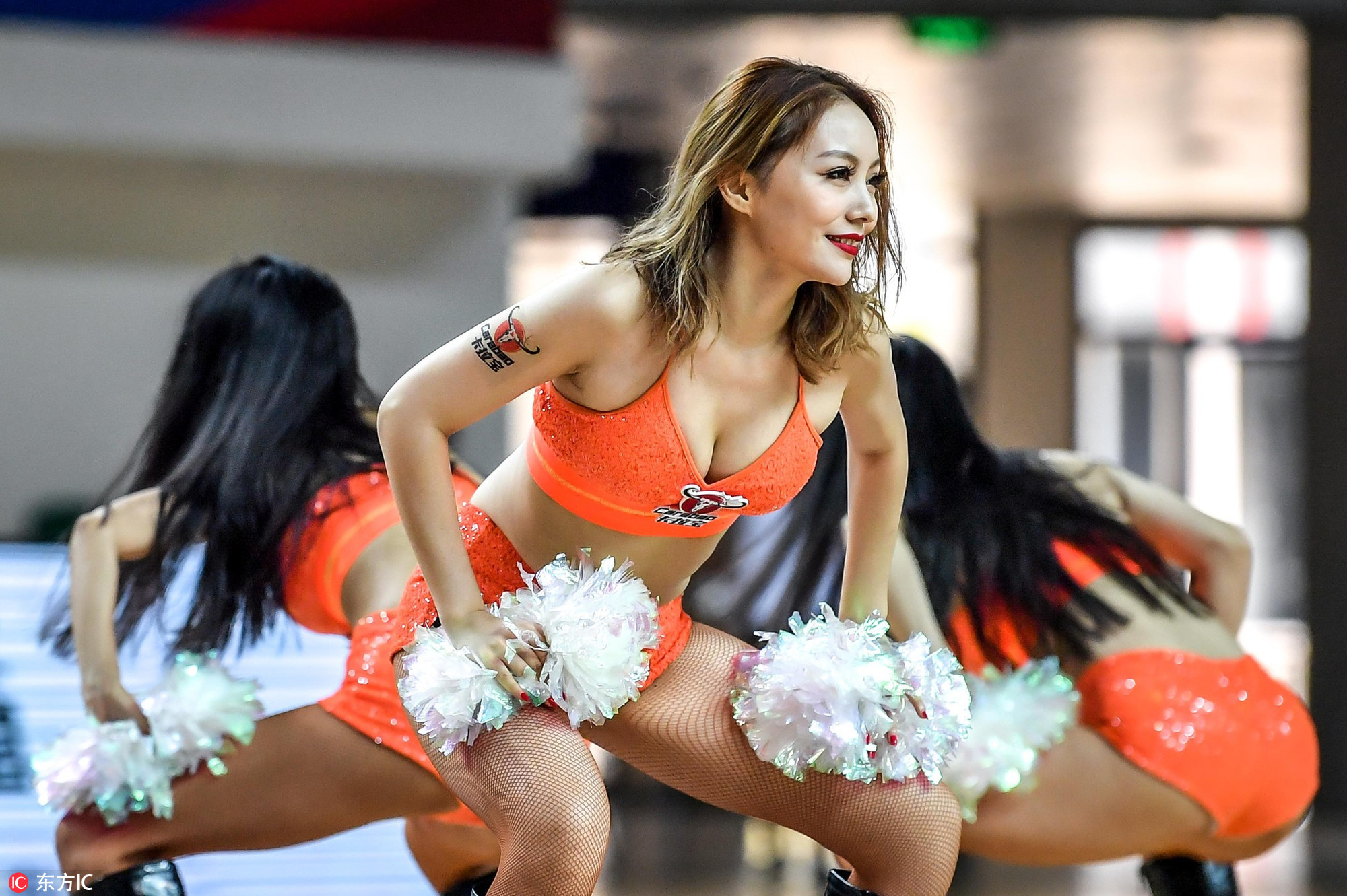 高清:篮球宝贝俯身秀身材 跪地热舞火辣性感