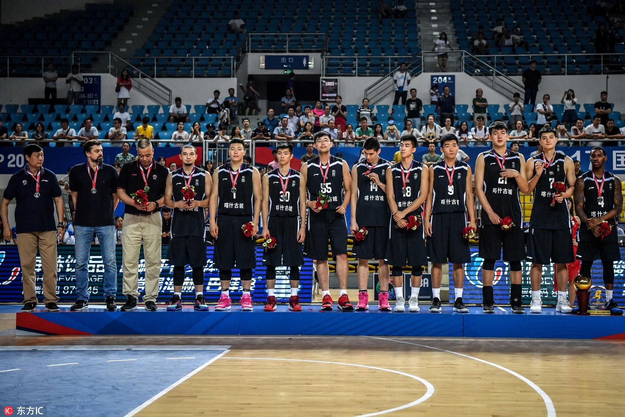 高清:篮球亚冠颁奖仪式 新疆获亚军难掩失落