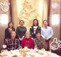 组图:刘湘晒中秋聚餐全家福 身穿短裙秀美腿