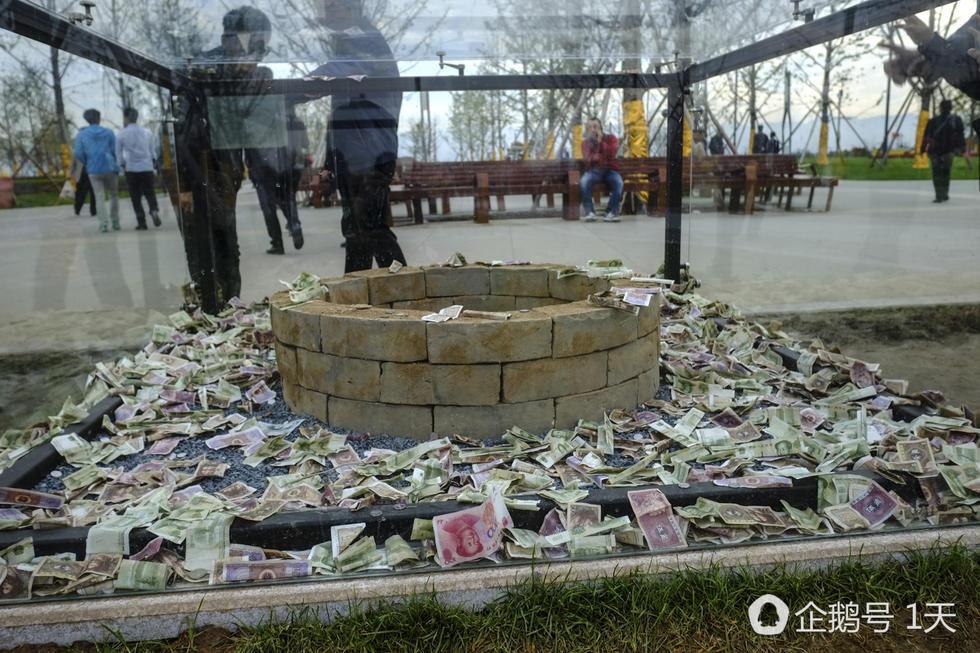 十一过后,汉代陶井砖被扔满钱变许愿池