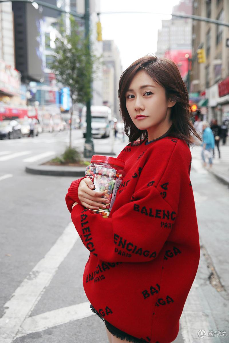 刘芸纽约街拍大片 甜美可人宛如糖果少女图片