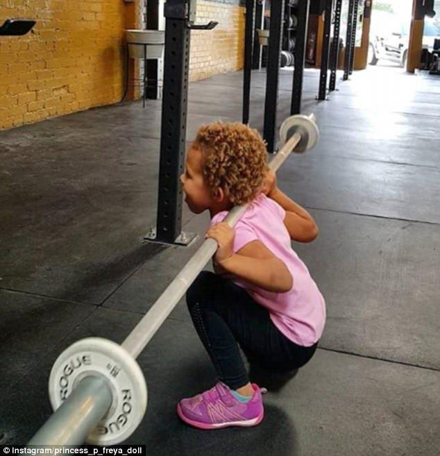 4岁能做什么?美女童俯卧撑引体向上样样行(图)